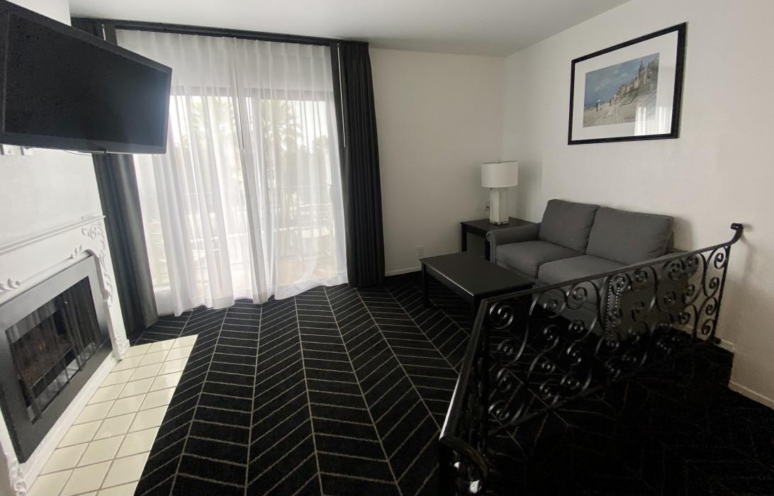 Queen Deluxe living area